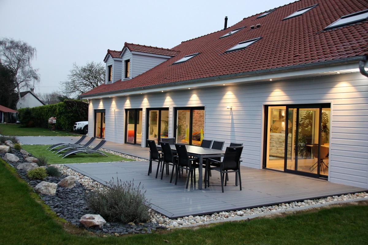 Construction d'une terrasse en bois accolé à la piscine d'intérieur - Defi Énergies - Constructeur de maison en ossature bois